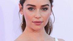"""Емилия Кларк   Емилия Кларк е една от най-красивите актриси на Холивуд и е обявена за най-красивата жена за 2015-а от Esquire. Ролята й като Денерис в Game of Thrones я прави още по-желана и интересна за мъжете.   Кларк обаче е една от знаменитостите, които не се появяват на първите страници на таблоидите си с връзките си. По интервюта непрекъснато я питат с кого е, но тя или отклонява въпроса, или директно казва """"С никого""""."""