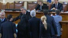 Депутатите от Атака, под предводителството на Волен Сидеров, се опитаха да се саморазправят с Валентин Касабов от Патриотичния фронт по време на дебата за държавния дълг