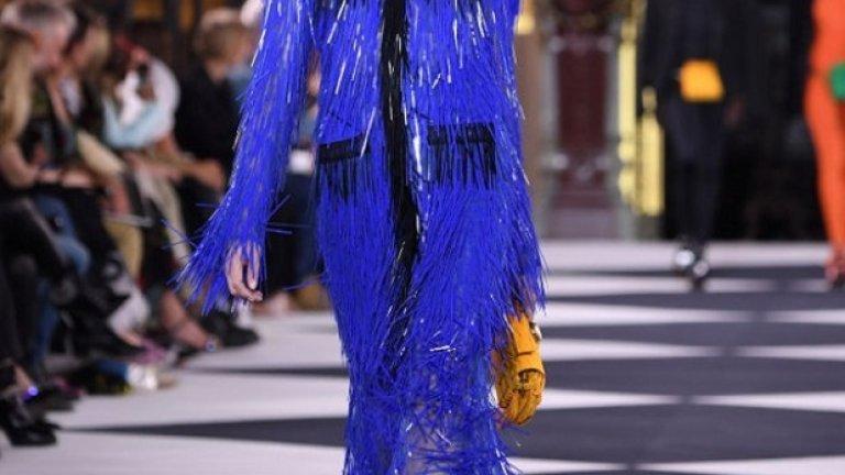 """Можем спокойно да го избираме през пролетта и лятото, както и през останалите сезони, да се чувстваме модерни и да бъдем забелязвани. """"Наситен и надежден син нюанс, на когото винаги можем да разчитаме"""", както казват от института Pantone.  Отново рокля на Balmain от Парижката седмица на модата в колекцията пролет/лято 2020."""