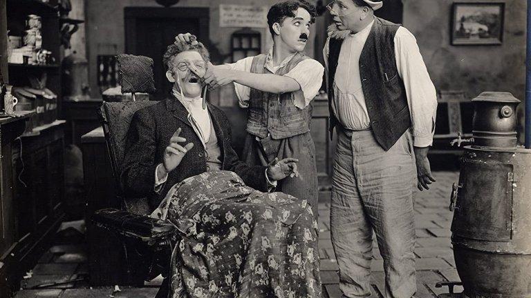 От много рано Чаплин проявява желание да се изявява на сцена - нещо, което по-късно ще го превърне в една от най-значимите фигури в киноиндустрията. Още на 13 той отказва да се върне в училище, за да преследва мечтата си и да стане артист, въпреки че по това време той дори още не може да чете добре.