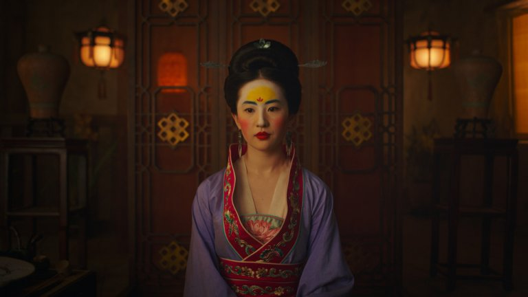 """Сюжетът разказва за млада майсторка на бойни изкуства, която се преоблича като мъж и се записва в армията на императора. Тя се впуска в битки, защитавайки границите на Китай от северните нашественици.  Мулан е силна, дръзка и смела. Тя отказва да се подчини и да приеме плахо съдбата си, а именно да стане покорна съпруга и избира много драматичен и шекспиров елемент, за да получи онова, което желае – да се бие наравно с мъжете.   Мулан е един от първите ярко феминистични образи на """"Дисни"""" и е любим персонаж и до днес. Филмът пък носи усещането, че човек гледа азиатско кино с носталгичен полъх. Бойните сцени са композирани като танци със сложна хореография, а легендата придава на историята мистичност."""