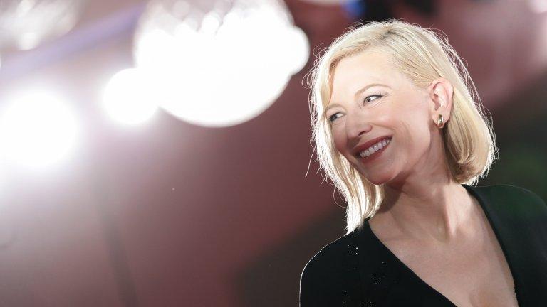 """Кейт Бланшет Който мисли, че Кейт Бланшет не е красива, нищо не разбира. Носителка на две награди """"Оскар"""", три """"Златен глобус"""" и три награди БАФТА, Бланшет е сред най-ярките актриси (не само австралийски) на времето си. Ролите ѝ в """"Карол"""", """"Властелинът на пръстените"""", """"Син жасмин"""", """"Бандити"""", """"Записки по един скандал"""", """"Талантливият мистър Рипли"""", """"Странният случай с Бенджамин Бътън"""" и още оставят следи в кино историята и по никакъв начин не засенчват факта, че Бланшет е рядко красива жена с такова меко и женствено излъчване, което може да срази и най-ледената красавица."""