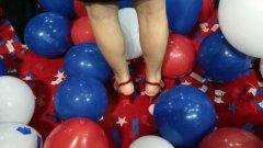 """10. Фетиш към балони  Хората с фетиш към балони често са наричани """"looners"""". Te намират балоните са особено еротични. Фетишът към балони може да се прояви по много начини, включително в гледането на това как някои надува или пука балон. Колкото и странно да звучи, сексуалната възбуда от балони има повече психологически смисъл, отколкото си мислите.  Всъщност се оказва, че пукането на балони за много от фетишистите се свързва психологически с отпускане, след като адреналина им е бил вдигнат необичайно много от усещането, че балона всеки момент ще се спука. Тези усещания, свързанис със страх и очакване са широко разпространени при повечето сексуални фетиши. Тези чувства при някои хора предизвикват сексуална реакция"""