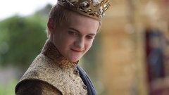 """Предлагаме ви едни от най-ярките примери за отблъскващи монарси от филмите и сериалите, които с поведението си и изгнилата си ценностна система са ни накарали искрено да ги презираме: Джофри Баратеон (Game of Thrones) Изигран от: Джак Глийсън  Още преди да наследи """"баща"""" си Робърт на трона на Седемте кралства, Джофри е едно разглезено и изпълнено с омраза същество. Когато короната се озовава на главата му, това само засилва неговите садистични наклонности и премахва всички прегради. Думите и действията му достигат крайности - убива - чрез заповеди и собственоръчно, насилва и тормози физически и психически, проявява неуважение към всичко и всички. Дали защото майка му е и негова леля, а истинският му баща - негов чичо, но Джофри е чудовище с мазна муцуна, която в един момент вече нямаш търпение да видиш стегната от предсмъртен гърч."""