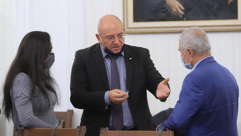 Според него в Бургас до шестмесеца ще се повтори сценарият от Перник. Затова дойде изненадващо в парламента, за да помоли депутатите за съдействие