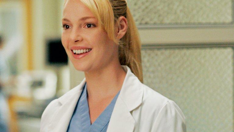 """Д-р Изи Стивънс от """"Анатомията на Грей"""" В галерията със секси ТВ лекари споменахме, че """"Анатомията на Грей"""" е особено богат на красиви актьори, както мъже, така и жени. Затова започваме с д-р  Изи Стивънс (Катрин Хейгъл), която е част от екипа на сериала от първия епизод до... един момент, в който се вписва в тъжния дълъг списък на преждевременно загиналите лекари от Сиатъл Грейс."""
