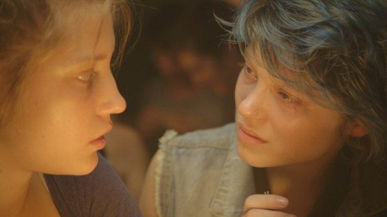 Синьото е най-топлият цвят   Дълго време единственото, което хората обсъждат от този филм, са седемте минути интимност между Емма и Адел. Страстта и желанието си личат във всяка въздишка и движение в тези кадри.   Ако се чудите как режисьорът Абделлатиф Кешиш постига всичко това - снимките на еротичната сцена между Леа Сейду и Адел Ексаршопулос отнема десет дена, докато се получи крайният резултат.