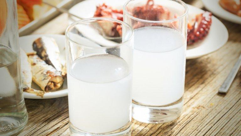 Питието в Гърция обикновено се асоциира с добре запотена чаша с ледено узо. Анасоновият аперитив се пие преди хранене и варира между 38 и 45 градуса като алкохолно съдържание. Узо се пие чисто или разредено с вода. Ако предпочетете да го пиете чисто, малкото узо в Гърция обикновено е 50 мл.   За истинските почитатели на анасоновите напитки на някои места можете да си поръчате бутилчица от 200 грама, но традиционно тя се дели от двама души.   Ако не сте любители на силния аромат, другата традиционна високоалкохолна напитка е ципурото - аналог на ракията.   Освен много вино, по време на ядене гърците обичат да пият местното рецина - бяло вино със специфичен вкус, благодарение на специалната смола, с която се прави.