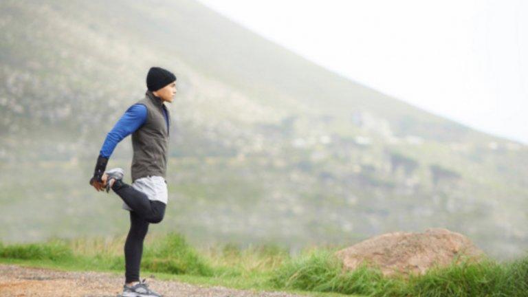 4. Загрейте добре Напрете загрявката си на закрито, ако е възможно. Разтегнете и загрейте добре мускулите, за да се предпазите от неприятни контузии, които могат да ви изкарат от строй за дълго време.