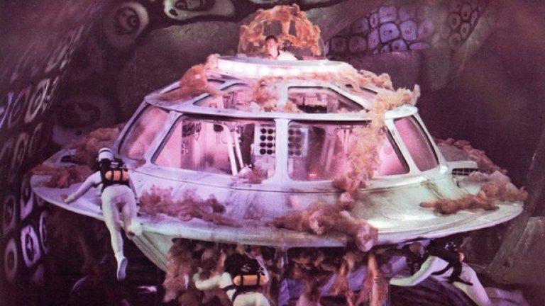"""5.""""Фантастичното пътуване"""" (1966)  Донякъде позабравеният филм разказва как миниатюрен космически кораб и неговият екипаж са инжектирани в тялото на учен, изпаднал в кома, за да го спасят от сигурна смърт. Детайлно изобразените процеси в човешкото тяло носят на филма два """"Оскара"""" и още три номинации – както и карат Джеймс Джиордано да погледне на медицината в мини перспектива.   Днес професор по невронаука в университета в Джорджтаун, Джиордано проучва реакциите на мозъка при болка. """"Филмът цял живот е бил вдъхновение за мен да разработвам невротехнологии"""", казва той. Дейвид Карол, директор на Центъра по нанотехнология и молекулярни материали в университета """"Уейк Форест"""", добавя, че технологиите във """"Фантастичното пътуване"""" са невъзможни в реалността, но по някакъв начин приличат на нещата, които той разработва в момента. """"Точно по това работим: инжектиране на наноботове, които намират раков тумор, казват ни кога са го намерили и го унищожават"""". Ето това е наистина фантастично."""