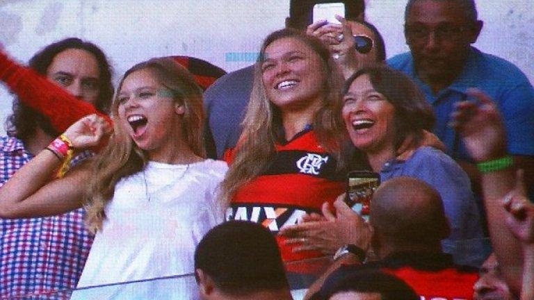 Заедно със семейството си тя изгледа мача Фламенго - Сантос.