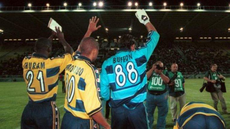 """Парма 1998/99 Парма спечели Купата на УЕФА през 1999-а, но тогава това бе третият по сила европейски клубен турнир, тъй като КНК се смяташе за по-престижен. За """"пармалатите"""" тогава играха Джанлуиджи Буфон, Фабио Канаваро, Лилиян Тюрам, Хуан Себастиан Верон и Ернан Креспо. Трудно за вярване е, че този отбор не постигна повече. Тюрам вече бе световен шампион с Франция, а по-късно същото щяха да сторят Буфон и Канаваро с Италия. Креспо щеше да се превърне в най-скъпия футболист в света, а на Верон всички се възхищаваха. Въпреки триумфа за Купата на УЕФА, Парма остана четвърти в Серия """"А"""" през онзи сезон, когато Милан триумфира с титлата. През лятото Верон премина в Лацио, където щеше да отиде и Креспо, но година по-късно. Ювентус пък дообезкърви Парма с последователното купуване на Буфон, Канаваро и Тюрам."""
