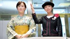 """""""Айко"""" (ляво) бе представена от съвсем истинска нейна колежка в търговския център"""