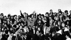 """На 28 септември 1983 г. в Гданск се играе двубоят между местния тим Лехия и Ювентус от турнирите на УЕФА. Излезлият преди няколко месеца от затвора Лех Валенса се появява на онзи мач, легитимирал настроенията за демокрация сред народа, а стадионът изригва: """"Солидарност! Солидарност!"""""""