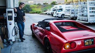 Много хора плащат луди пари, за да трансформират своите любими класически автомобили