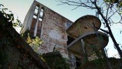 Надвиснала над Таксим тепе тази призрачна сграда пази в себе си спомените за времената на бурния икономически и културен в България от началото на XX век (ГАЛЕРИЯ)
