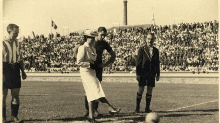 """Тежки дни след победата на Франко  Войските на Франко завладяват Барселона на 26 януари 1939 г., а за футболния отбор настъпват тежки времена. Първоначално идеята е клубът да бъде закрит, най-малкото заради участието си на пропагандното турне в Америка. Всичко приключва обаче с двегодишни наказания и изселване на футболистите, участвали в експедицията (повечето от тях дори не се завръщат обратно в Испания).   За капак на всичко офисът на клуба се оказва разрушен от бомба. Въпреки това Барселона успява да изиграе първия си мач на 29 юни същата година, само пет месеца след падането на града под властта на Франко. Разбира се, на стадион """"Лес Кортс"""" гъмжи от полиция, за да няма скандирания срещу режима от Мадрид. Началният удар е изпълнен от млада дама в бяло, която е дъщеря на генерал Солчага от управляващата хунта.   Но Барселона възкръсва бързо. През 1945 г. тимът грабва титлата, четири години след това триумфира и като победител в турнира за Латинската купа, където участват още френският Реймс, Торино и Спортинг (Лисабон). Трофеят става притежание на Барса след победа с 2:1 във финала срещу португалците. А през 1949 г. футболният тим възстановява върху емблемата си знамето на Каталуния в жълто-червено вертикално райе. Не закъсняват и първите успехи – от края на Втората световна война до 1960 г. Барселона печели цели седем пъти шампионата на Испания."""