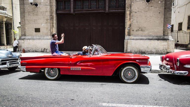 Ford Thunderbird от 1955 г.  Thunderbird отново има амбициите да съчетае европейски с американски характеристики. Много потребители са разочаровани, че спортните коли се фокусират повече върху бързината и външния вид, отколкото върху комфорта. Е, с този модел Ford променят пазара и доказват, че един автомобил може да е и бърз, и удобен, и красив.