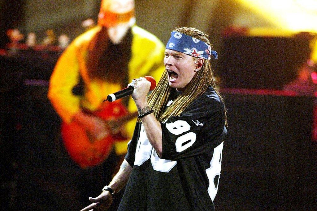 """Guns N"""" Roses е една от най-продаваните и слушани рок банди в целия свят. Имат две парчета с над 1 милиард гледания в платформата за видеосподеляния YouTube, а представете си колко щяха да са, ако YouTube съществуваше през 80-те и 90-те.  Зад популярността на бандата обаче не стои само музиката, а и ярката личност на нейния фронтмен, чийто живот е низ от възходи и падения. Най-любопитните факти за Аксел Роуз може да прочетете в нашата галерия."""