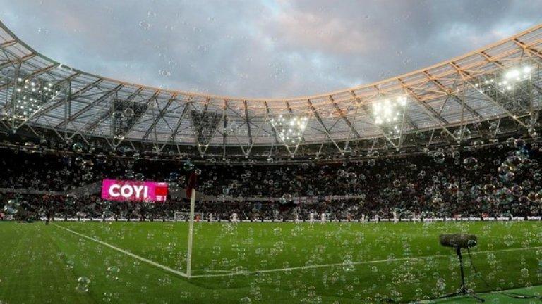 """""""Олимпийски"""", Уест Хем Постоянни ексцесии с гостуващите фенове, неуредици с местата и цели редове без седалки са очевидните недостатъци на новия стадион на Уест Хем. """"Това не прилича на футболен стадион"""", е мнението на запалянко."""
