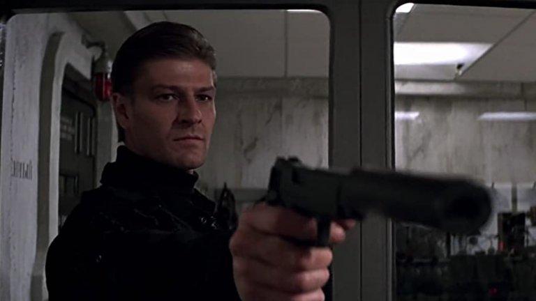 """Алек Травелиан  """"Златното око"""" от 1995 г.  даде на света не само песента на Тина Търнър и великата игра за Nintendo 64, но ни запозна и с коварния Алек Травелиан. Изигран от както винаги блестящия Шон Бийн, той се изправя срещу Пиърс Броснан в първата му роля като 007. Травелиан е бивш агент на Mи6 и приятел на Бонд, но след като решава, че е предаден, се обръща към тъмната страна и решава (о, изненада) да търси пътя към към световна доминация като предизвика глобален финансов крах."""