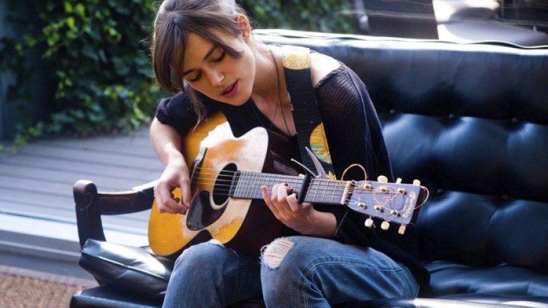 """""""Begin Again""""/""""Започни отначало"""" (27 юни) Режисьорът Джон Карни работи с Кийра Найтли в музикалния си филм """"Begin Again"""". Той разказваа историята на Грета (Найтли) - певица и автор на песни, зарязана от значително по-известното си гадже Дейв (Адам Лавин от Maroon 5).  Една вечер Дан (Марк Ръфало), музикален продуцент, забелязва Грета да пее в бар в Манхатън и вижда в нея следващото си голямо откритие. Двамата записват албум на различни места в Манхатън. Филмът е истински бисер, а вероятно единственият ви проблем с него би бил, че няма как да си избиете заразителната мелодия на """"Lost Stars"""" от главите."""