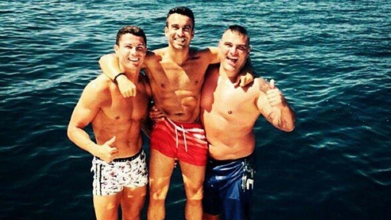 Роналдо понякога не се разделя със Салгадо, дори когато е с приятелите си. Тук двамата са заедно с един от близките приятели на Кристиано - Рикардо Регуфе