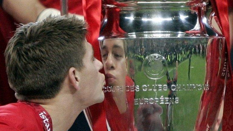 Стивън Джерард целува купата на шампионите - мигът, за който всеки играч по света мечтае.