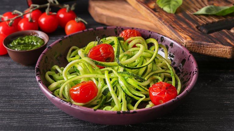 """Спагети от тиквички  Свикнали сме да ядем тиквичките пържени или запечени, но крехките млади тиквички са вкусни и сурови. За красив резултат ви е необходимо специално ренде, което да ги превърне в прекрасно оформени спагети, макар че ще се справите и със средната степен на обикновено ренде.  След това е желателно да ги мариновате в малко зехтин и оцет и да изчакате да си пуснат водата. После отцеждате и добавяте сосове и гарнитури по ваш вкус - доматен сос, сметана, гъби и разнообразни зеленчуци. Всичко става за минути, няма нужда от фурна и котлони, а и този вариант на """"паста"""" е диетичен и нискокалоричен."""