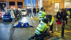 Кой какво видя в новогодишината снимка от Манчестър