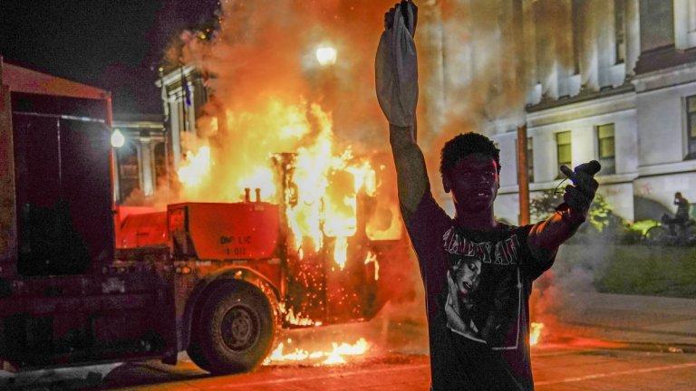 Извънредно положение беше обявено в американския щат Уисконсин след вълна от протести заради тъмнокож мъж, прострелян от полицаи.