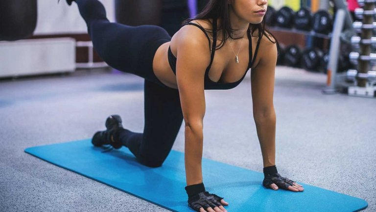7. Ритник назад Най-голямата полза от движението е, че позволява да се акцентира върхуглутеуса.  Начин на изпълнение: Застанете на колене и поставете ръцете си на раменна широчина. Повдигнете единия крак от земята и бавно го изпънете назад. Опитайте се да направите контракция в глутеуса с минимално сгъване или разгъване в коленете. Бавно върнете крака по същия път. Когато връщате крака в начална позиция, не го подпирайте обратно на пода, така ще създадете по-голямо натоварване. След желания брой повторения, сменете крака.