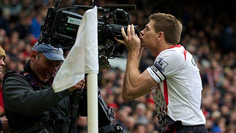 Запазената марка на Джерард - целувка на камерата след гол срещу големия враг Манчестър Юнайтед.