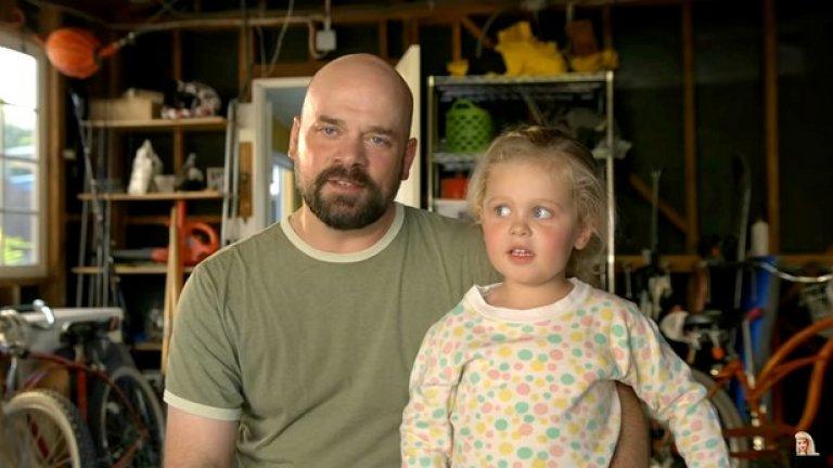 """Един от бащите във видеото споделя, че обикновено неделите му били посветени на футбола, но откакто дъщеря му се ражда, нещата рязко се променят. """"Сега положението е малко по-различно, тъй като отделям време и за куклите""""- казва той."""