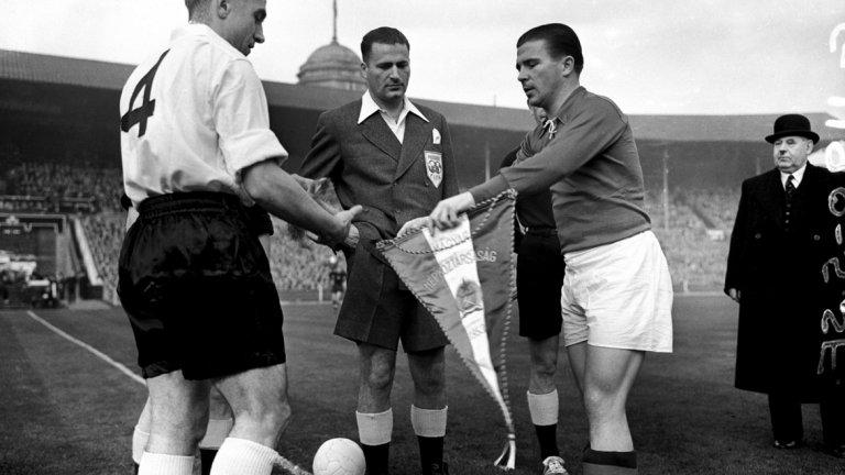 """Да убиеш Англия на """"Уембли""""  След Втората световна война се е считало, че """"дубълве – ем"""" е перфектната конфигурация на игра и ще съществува вечно. Всичко приключва на 25 ноември 1953 г. на стадион """"Уембли"""", една от най-важните дати в историята на футбола. Същата вечер националният отбор на Унгария разгромява Англия с 6:3 в собствения й дом. Маджарите на треньора Густав Шебеш играят в постройка 4-2-4, предвождани от великия Ференц Пушкаш. Тази схема осигурява превес в защита, без да се губи ефектът в нападение. """"Зад тази нова фигура на игра имаше нещо по-ново. Ако """"дубълве – ем"""" беше рисунка, то 4-2-4 приличаше на анимационно филмче"""", отбелязва самият Пушкаш. Първият гастрол на 4-2-4 на Световното първенство през 1954 г. завършва с драматичния финал, известен като """"чудото на века"""", когато унгарците губят от Западна Германия с 2:3 в Берн. Но по-късно тази схема е заимствана от всички, а Бразилия дори печели три световни титли."""