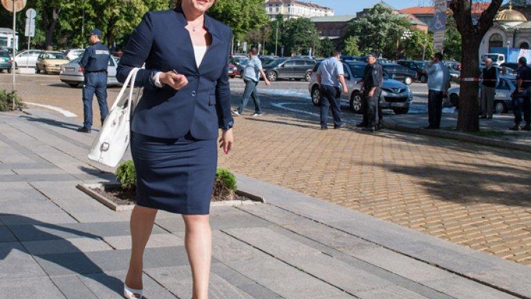 Тя печели пред Михаил Миков с 46 гласа преднина