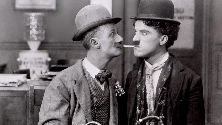 """След около 10 години Чарли Чаплин е поканен да се присъедини към Нюйоркската филмова компания, откъдето започва и неговата кариера в киното. Не след дълго на голям екран се появява и познатият на всички образ на малкия човек - скитник във филма му """"Детски автомобилни състезания"""". На 26 години вече Чаплин е един от най-добре платените хора в света, като договорът му с филмовото студио """"Мютюъл"""" възлиза на 670 хил. долара годишно."""
