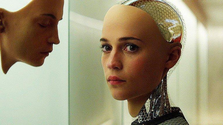 """Въпреки това нейното спокойно и почти минималистично, лишено от емоции изпълнение в """"Ex Machina: Бог от машина"""" си остава модерна емблема за женски образ във вихрен, почти театрален спектакъл по надлъгване. Ейва може да победи всички, не защото е робот, а защото е красива и умна. Тя е от тези опасни същества, които могат да ви победят, докато просто ви гледат в очите и ви се усмихват. И дори няма нужда да използват сила."""