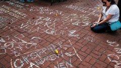 """""""Жалко, че бяха убити само 50, а не 100"""" е бил коментара на мексикански чиновник относно масовия разстрел в гей клуб в Орландо  На снимката: В района на иконичния гей бар The Stonewall в Ню Йорк, върху паважа са написани с тебешир всички имена на загиналите при стрелбата в неделя в Орландо"""