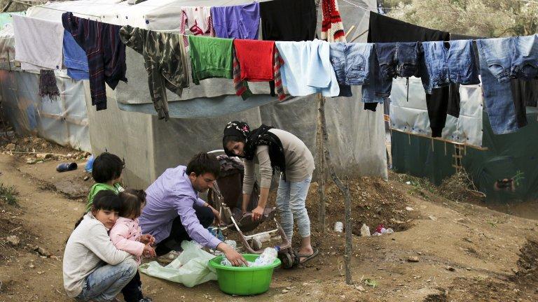 Гърция мести стотици бежанци към континенталната си част