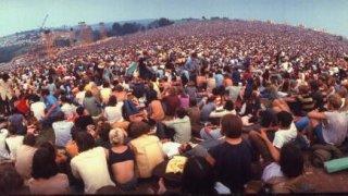 """Музикални хроники: Изнасилвания, вандализъм и пожар - потресаващият """"Уудсток"""" 1999, който сложи край на цяла музикална ера"""