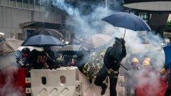 Властите използват водно оръжие, демонстранти отвръщат със запалени предмети.