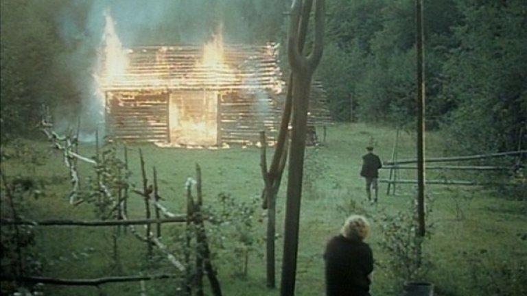 """""""Огледало""""  Екзистенциалният пъзел на Андрей Тарковски """"Огледало"""" е смятан за един от най-красивите и важни филми, създавани някога. Фрагментарният наратив проследява спомените и виденията на умиращия Алексей, разгърнати на фона на ключови събития от руската история през XX век.   Финалната сцена включва един от любимите на Тарковски дълги, проследяващи кадри. Но не техническото майсторство, а емоцията е водеща в последните моменти на """"Огледало"""".   Камерата се отдръпва сред дърветата в гората, след като ни е показала детската непринуденост и невинност на фона на изумително красива природа. Краят на филма разтърсва из основи с необяснима носталгия и ви оставя в приятен плен на метафоричния стил на режисьора."""