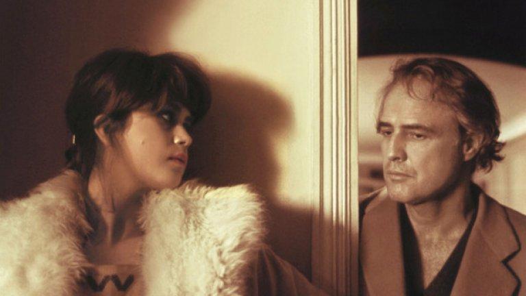 """""""Последно танго в Париж"""" (Last Tango in Paris, 1972)  Марлон Брандо и секс. Резултат - класика (в жанра, разбира се). Критиците определят филма като """"най-великото емоционално преживяване на своята епоха"""". Това е един филм за нуждата. За изгарящото желание, което главният герой Пол (Марлон Брандо) изпитва да докосне друго човешко сърце. Персонаж, чието цяло съществуване може да бъде обобщено с един зов за помощ, и който е бил до такава степен малтретиран, че може да изрази нежността единствено със същото малтретиране. Никой, освен Брандо, не би могъл да играе в известната сцена с изнасилването, както и никоя актриса не би могла да се съревновава с Мария Шнайдер, която зрителят вижда гола в толкова много сцени."""