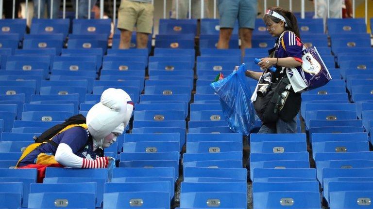 """Въпреки разочарованието японските фенове отново дадоха пример за подражание, след като почистиха отпадъците от трибуните на """"Ростов Арена"""" след драматичния двубой."""
