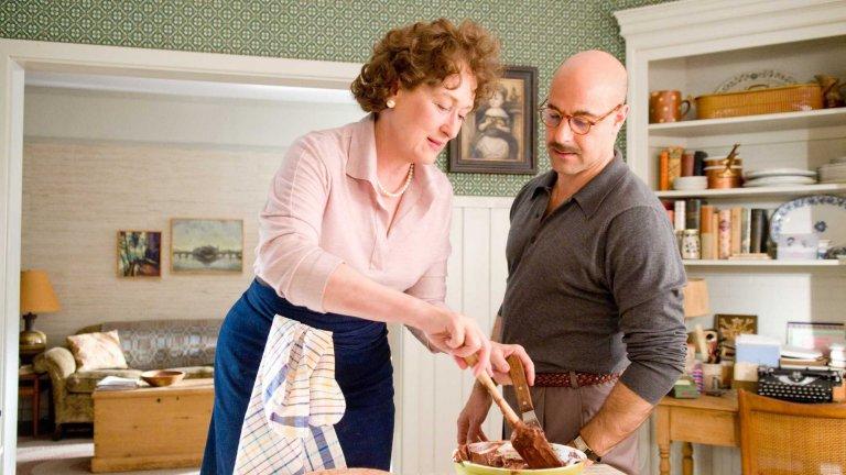 """""""Джули и Джулия"""" Говорим за абсолютен шедьовър на кулинарна тематика под режисурата на Нора Ефрон и с участието на Ейми Адамс и както винаги гениалната Мерил Стрийп. Това е филм за женската сила, за мъжете до силните жени и за вкусната храна, издигната до изкуство и смисъл на живот. И никакви футболни топки, никакви засади, никаква дузпи."""