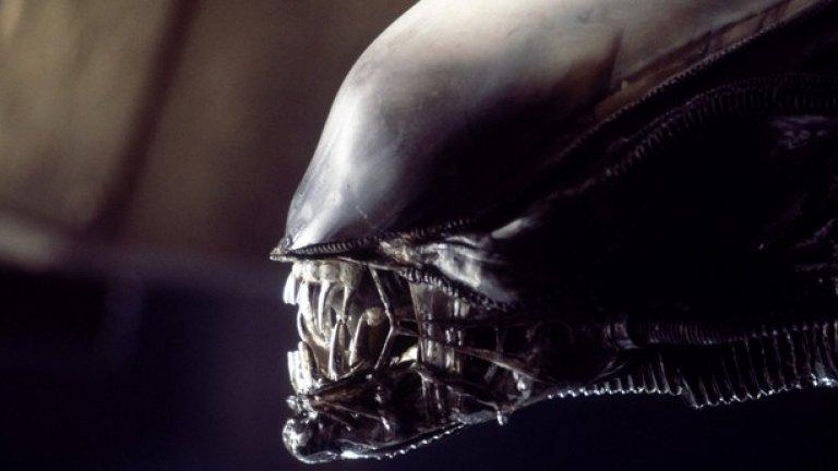 """4.""""Пришълецът"""" (1979)  Повечето зрители виждат каква страхотна екшън героиня може да бъде Сигърни Уивър. Но експертите се вглеждат в лепкавото извънземно чудовище – което използва живи хора за гостоприемници на ужасяващото си потомство – и виждат в него пионер на измислените биологични процеси в киното.  """"Поредицата за Пришълеца базира житейския цикъл на ксеноморфа на паразитиращите оси на Земята"""", обяснява Тери Джонсън, биоинженер от Калифорнийския университет Бъркли. """"Удоволствие е да видиш филм, който отчита колко чудат може да бъде животът""""."""