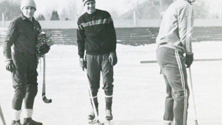 """Лев Яшин, хокей Единственият вратар със """"Златна топка"""" в историята се е пробвал в хокея и хокея с топка след кариерата си на футболист."""