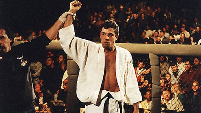 Макар че е най-лек, Ройс Грейси става шампион и печели 50 000 долара.