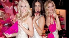 Моделите на Victoria's Secret промотират продукти за Св. Валентин